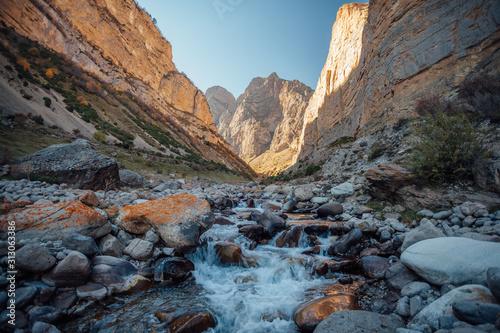 Photo Large Chegem mountain river canyon in sunny golden autumn, Republic of Kabardino