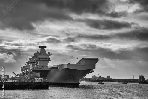 Canvas Print The Royal Navy aircraft carrier HMS Queen Elizabeth (RO8) docked in Portsmouth,
