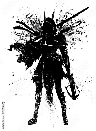 Foto The silhouette of a girl in a hood with a long sword and a crossbow in her hands, in a ragged cloak and armor elements on her chest and shoulders, all covered with blotches and smears of ink