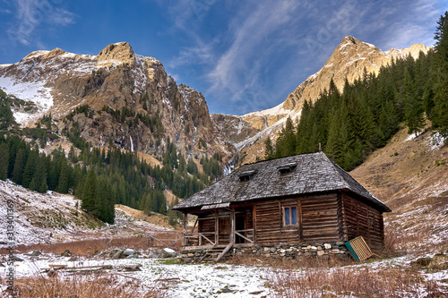 Fotomural Wooden cabin in the mountains
