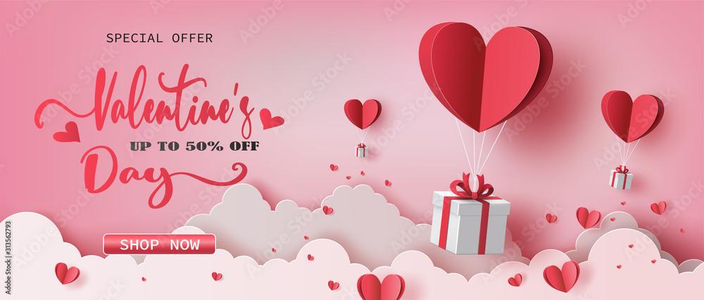 Pudełka z balonem w kształcie serca unoszącym się na niebie, banery Happy Valentine's Day, papierowy styl. <span>plik: #313562793   autor: Sunset Paper's</span>