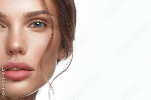 Beautiful fresh girl with perfect skin, natural make-up Fototapet