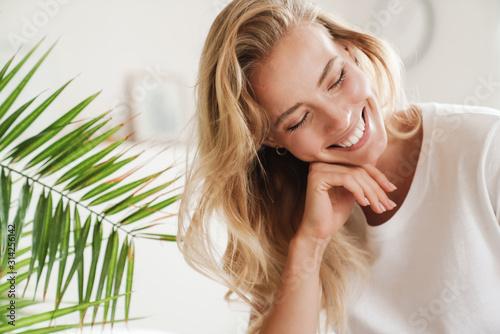 Fotografía Smiling young beautiful blonde woman wearing t-shirt