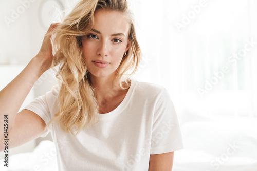 Tela Smiling young beautiful blonde woman wearing t-shirt
