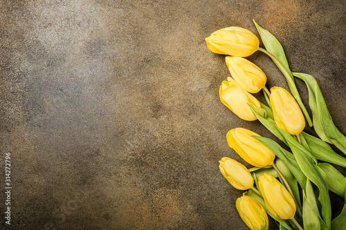 Naklejka na szafę Żółte tulipany na abstrakcyjnym tle