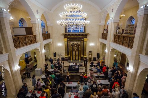 Fototapeta Crowd of people in Synagogue