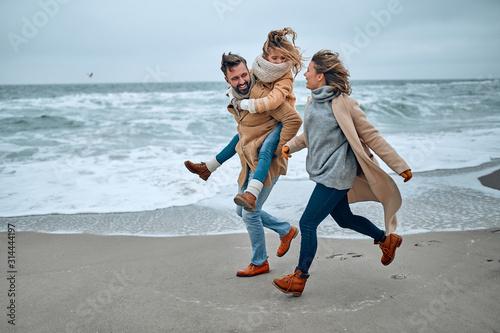 Canvas Print Family on the beach near the sea