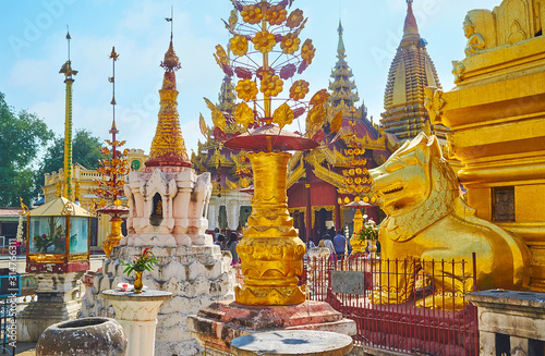 Fotografia On territory of Shwezigon Pagoda, Bagan, Myanmar