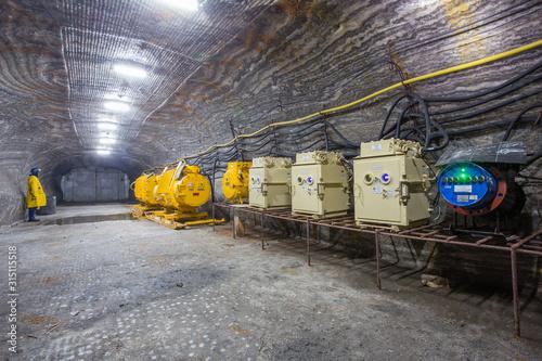Foto Salt kali mine ore shaft tunnel drift with electrical transformer underground