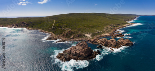 Fotografia Aerial panorama of Sugarloaf Rock, which is a large, natural granite island in the Indian Ocean  approximately 2 kilometres south of Cape Naturaliste near Busselton in Western Australia
