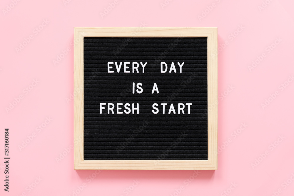 Każdy dzień to nowy początek. Motywacyjny cytat na czarnej tablicy na różowym tle. Koncepcja inspirujący cytat dnia. Kartkę z życzeniami, pocztówka. <span>plik: #317160184 | autor: IRINA</span>