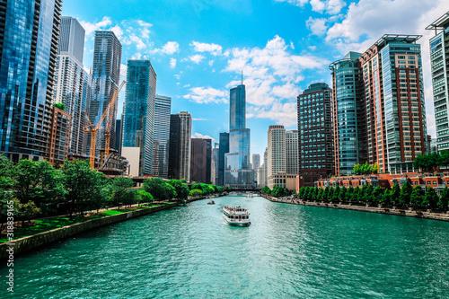 Fototapeta premium Trump International Hotel & Tower - Chicago nad rzeką Chicago na tle nieba