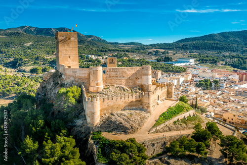 Carta da parati Aerial view of Biar castle in Valencia province Spain with donjon towering over