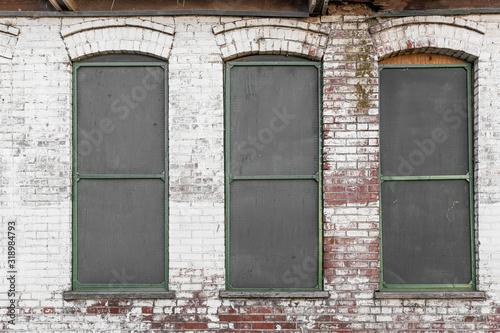 Obraz na płótnie Trzy okna na starym opuszczonym budynku przemysłowym