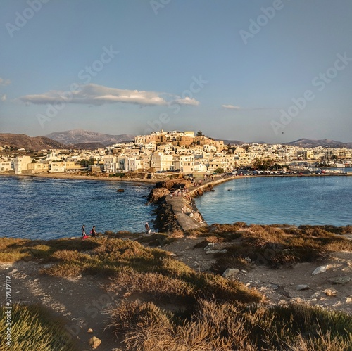 Платно SCENIC VIEW OF SEA BY TOWNSCAPE AGAINST SKY