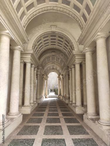 Fotografía palacio spada com corredor de Barromini em perspectiva e suas colunas com ilusão