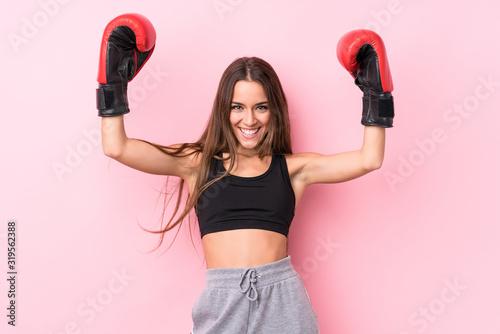 Photo Young caucasian sporty woman boxing