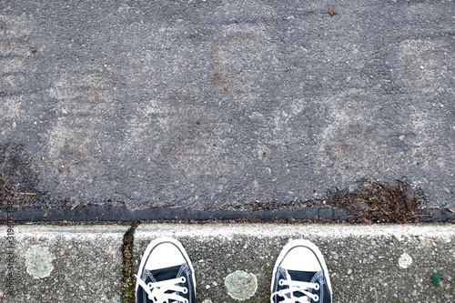 Fotografia High Angle View Of Canvas Shoe On Sidewalk