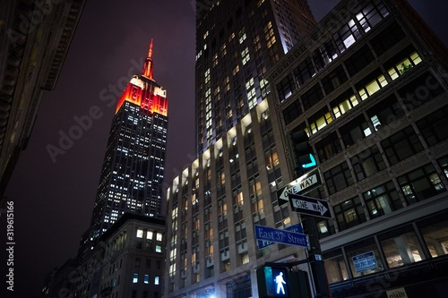 Photo Low Angle View Of Illuminated Empire State Building In City At Dusk
