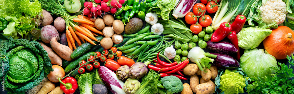 Tło żywności z asortymentem świeżych organicznych warzyw <span>plik: #320398182 | autor: Alexander Raths</span>