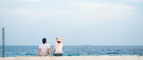 砂浜に座って話すカップル #320852190