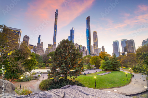 Beautiful foliage colors of New York Central Park at sunset Fotobehang