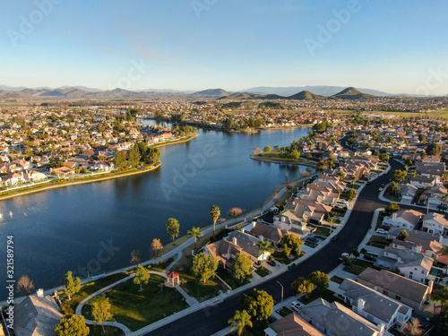 Fotografia Aerial view of Menifee Lake and neighborhood, residential subdivision vila during sunset