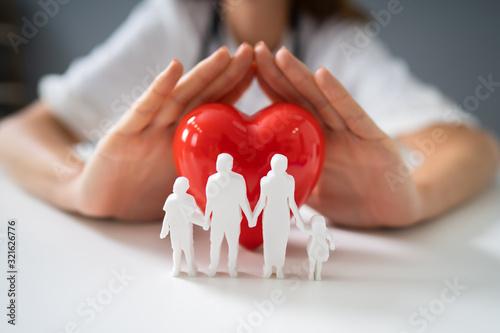 Fototapeta premium Lekarz Ochrony Czerwone Serce Z Postaci Rodziny