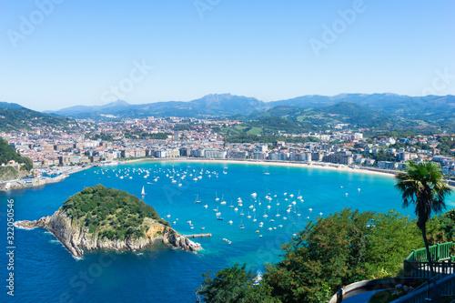 Fototapeta premium Zatoka Concha z wyspą Santa Clara. San Sebastian, kraj Basków w Hiszpanii.
