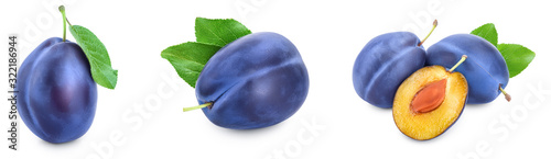 Photo fresh blue plum with leaves isolated on white background