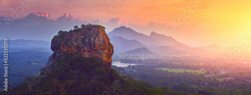 Photo Panoramic view of the famous ancient stone fortress Sigiriya (Lion Rock) on the island of Sri Lanka, which is a UNESCO World Heritage Site