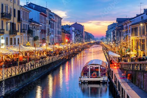 Fototapeta premium Kanał Naviglio Grande w Mediolanie, Włochy, na zachodzie słońca