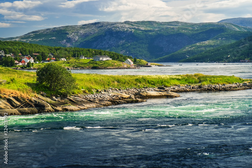 Fotografia Norwegian summer landscape, stream view with whirlpools and waves near Saltstrau
