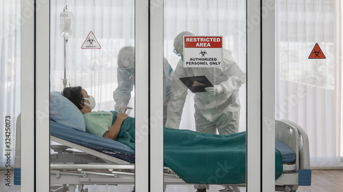 Fotografia coronavirus covid 19 infected patient in quarantine room with quarantine and out