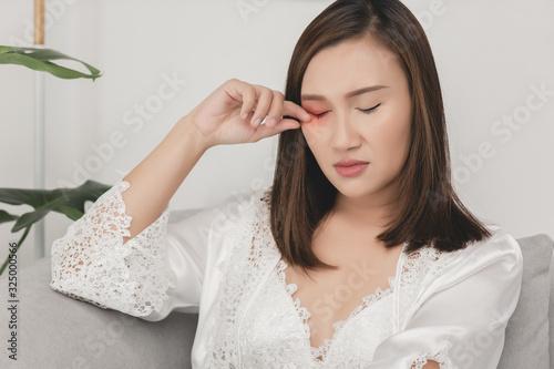 Obraz na płótnie A girl scratch because of rubbing on the right eyelid
