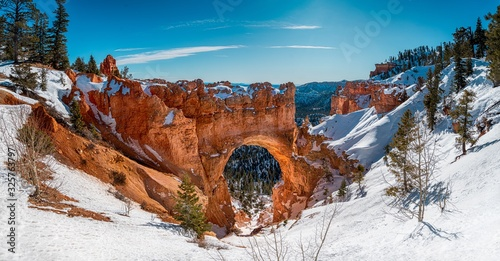 Billede på lærred Beautiful scenery of the snowy Bryce Canyon under the shining sun