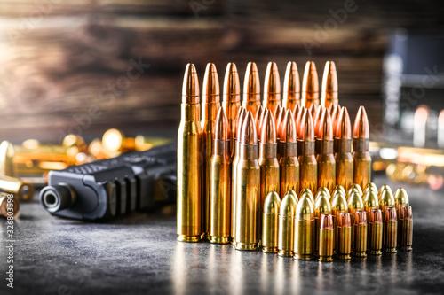 Foto Various kind of bullets or ammonution on dark stone table