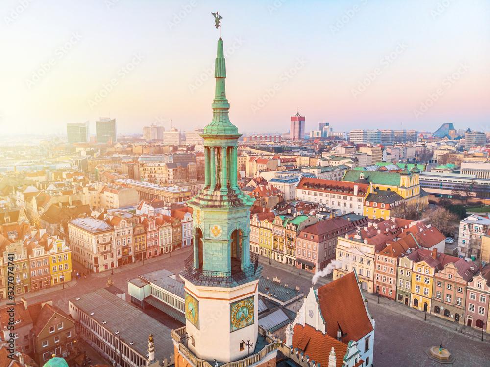 Poznań, wschód słońca nad Starym Rynkiem <span>plik: #327074741   autor: lukszczepanski</span>