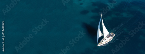 Photo Aerial drone ultra wide photo of beautiful sail boat sailing in tropical exotic