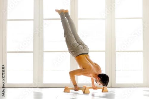 Man doing handstand push ups on bars Fototapet