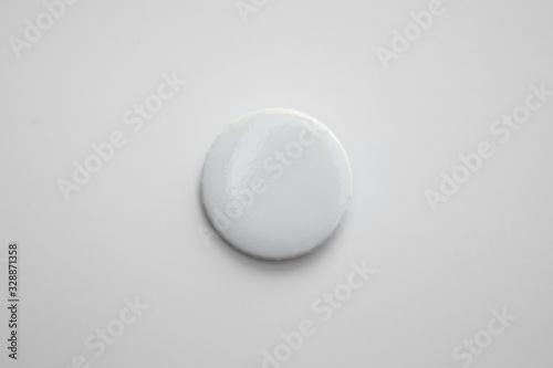 Fotografiet White pin button