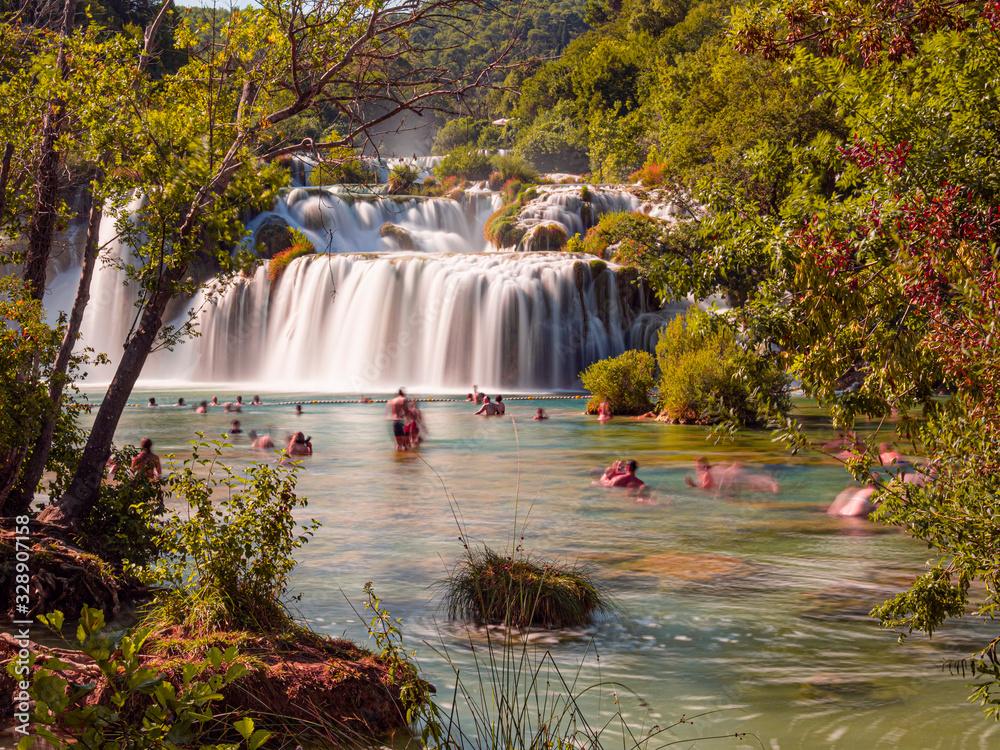 Parque Natural de Krka con cascadas impresionantes en Croacia, europa, verano de 2019 <span>plik: #328907158 | autor: acaballero67</span>