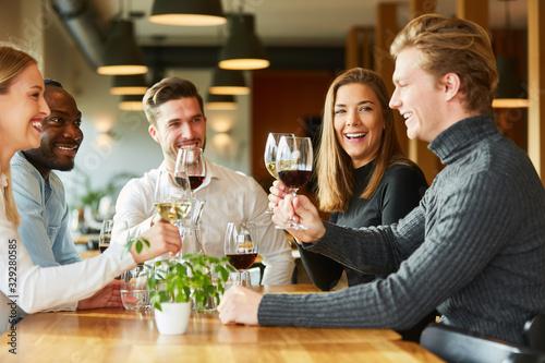 Fotografija Gruppe Freunde beim Wein trinken im Restaurant