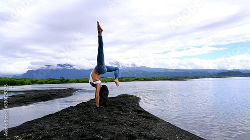 Canvas-taulu Woman Doing A Handstand On Shore