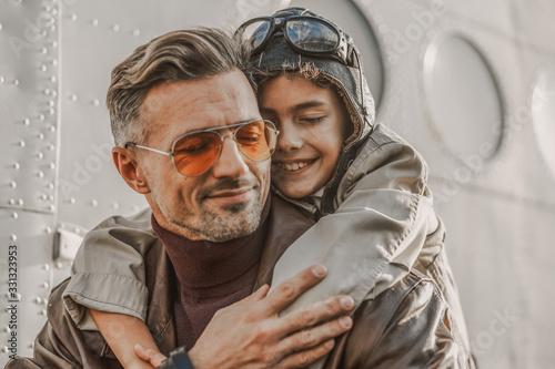 Fotografiet Smiling little kid wearing aviator hat and glasses