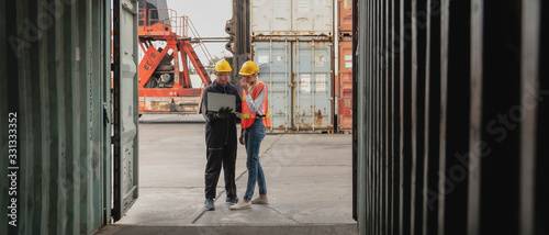 Fotografia industrial background of containers cargo inspector working with shipping agent