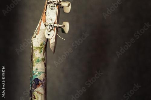 Valokuvatapetti Guitarra española pintada con el mango roto