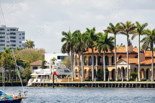 Obraz na plátne Luxury Fort Lauderdale mansions with palm trees