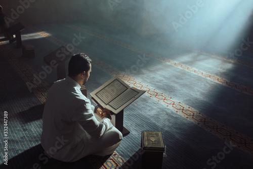 Photo Young Muslim Guy Reading The Koran