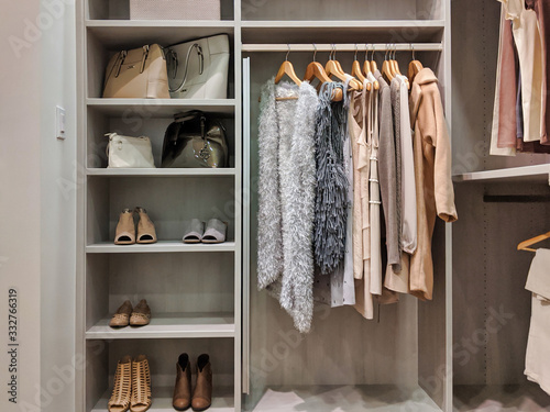 Fotografia walk in closet with clothes hanging and shoes on shelving